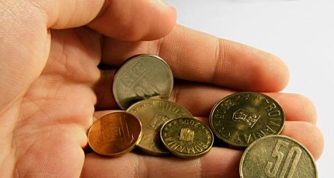 Criza politică scumpeşte creditele şi dărâmă cursul valutar
