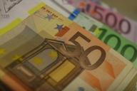 UPDATE2: După trecerea moţiunii, euro s-a dus la 4,30 lei. BNR a intervenit să stopeze căderea leului