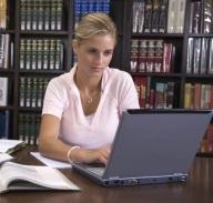 Trei sferturi dintre studenţii români petrec zilnic cel puţin 3 ore în faţa PC-ului