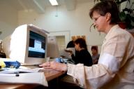 Senat: Funcţionarii publici care cunosc o limbă a minorităţilor ar putea primi salariu majorat