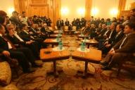 Negocieri intense pentru susţinerea celor doi candidaţi rămaşi în cursă
