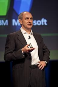 Un director al Microsoft va părăsi compania la finalul anului