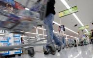 Românii cumpără mai puţin şi mai ieftin