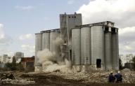 Fabricile comuniste din Bucureşti se dau cu greu la o parte din calea blocurilor noi