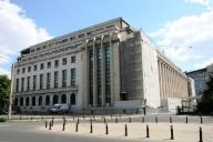 Guvernul modifică legislaţia muncii şi propune vot prin corespondenţă pentru românii din străinătate
