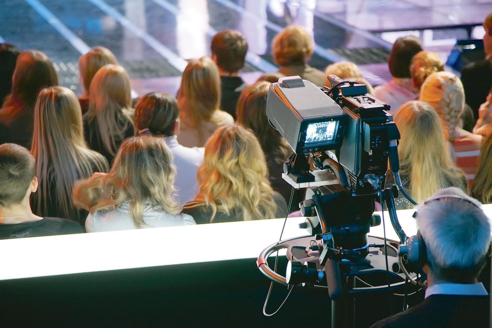 Ropotele de aplauze din platoul de filmare, pe bani puţini