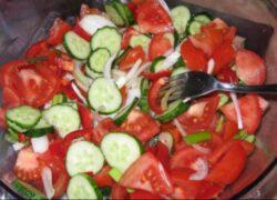 Nutriţioniştii avertizează! De ce nu este bine să mânâncăm salată de roşii cu castraveţi şi ceapă