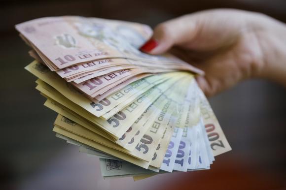 Se dau 16.000 de lei direct pe card! Cine sunt românii care pot lua banii. Se dă legea în curând