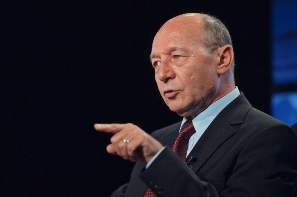 Traian Băsescu: Nu mai ucideţi medici! Lichidaţi un popor întreg
