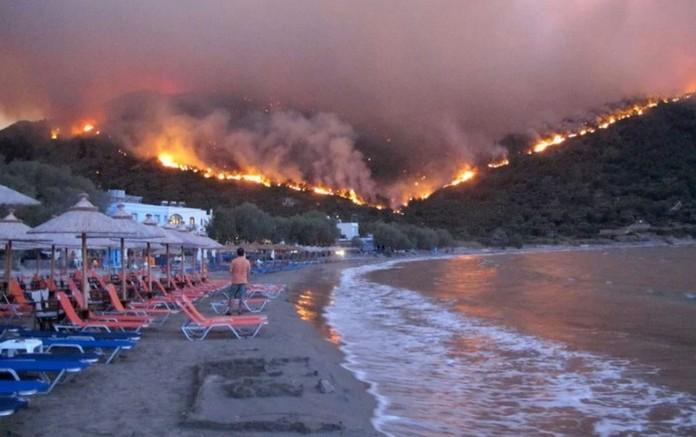 Grecia, în flăcări! Turiști evacuați din hoteluri și de pe plaje