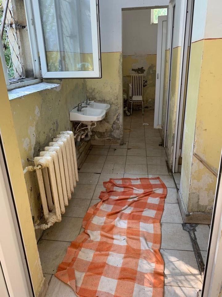 Imagini ireale din România! Bolnavi tratați exact ca în filmele de groază! FOTO