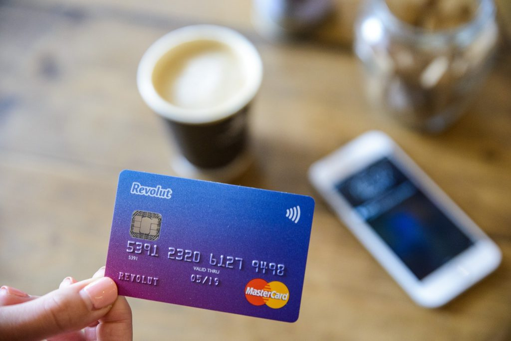 Vestea momentului pentru cei care au card la bancă: NU faceți asta! Vă anunță că ei au plătit deja