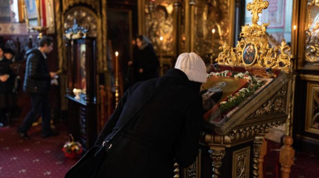 Scandal imens cu țipete și înjurături de Sfânta Maria. Credincioșii s-au revoltat împotriva jandarmilor