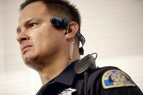 Poliţiştii vor purta, pe lângă arme, şi camere video