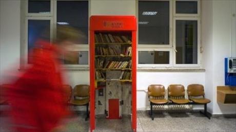 Cabine telefonice în Praga, transformate în minibiblioteci