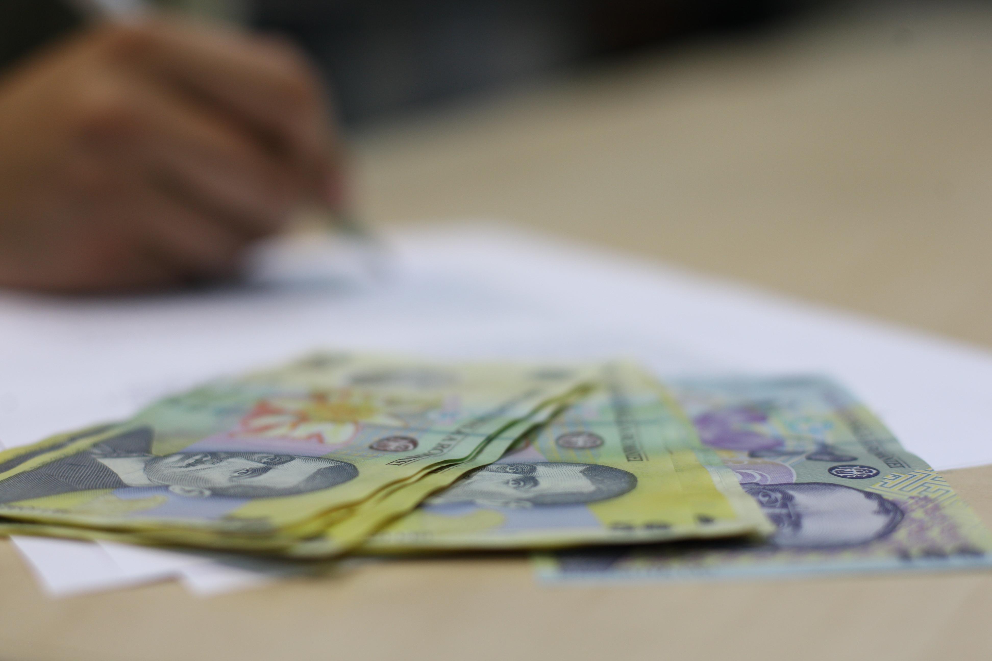 Valoarea salariului mediu brut în România, în creştere cu 4,2% la finele anului 2012