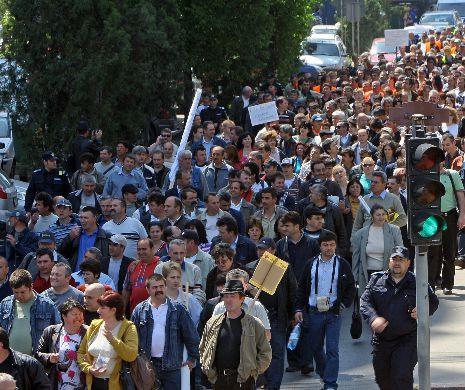 Românilor le-a ajuns cuțitul la os. Muncitorii de la mai multe fabrici din țară au decis să facă grevă. Care sunt problemele acestora