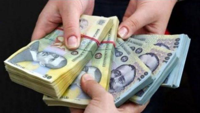 Guvernul a pus banii pe masă. Sute de mii de români au aplicat deja să încaseze sumele