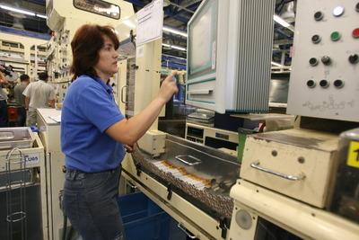 Câți români mai lucrează și câte ore petrec, în medie, la serviciu