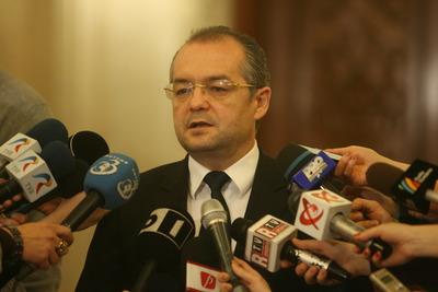 Emil Boc: Grupul minorităţilor ne-a înfipt cuţitul în spate