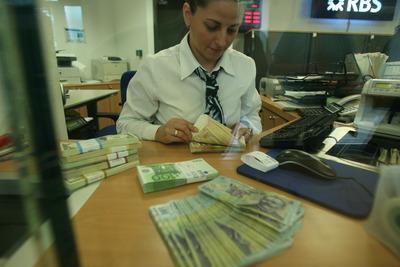 Reprezentant bancă: Am schimbat de patru ori cursul la casa de schimb de când a căzul guvernul