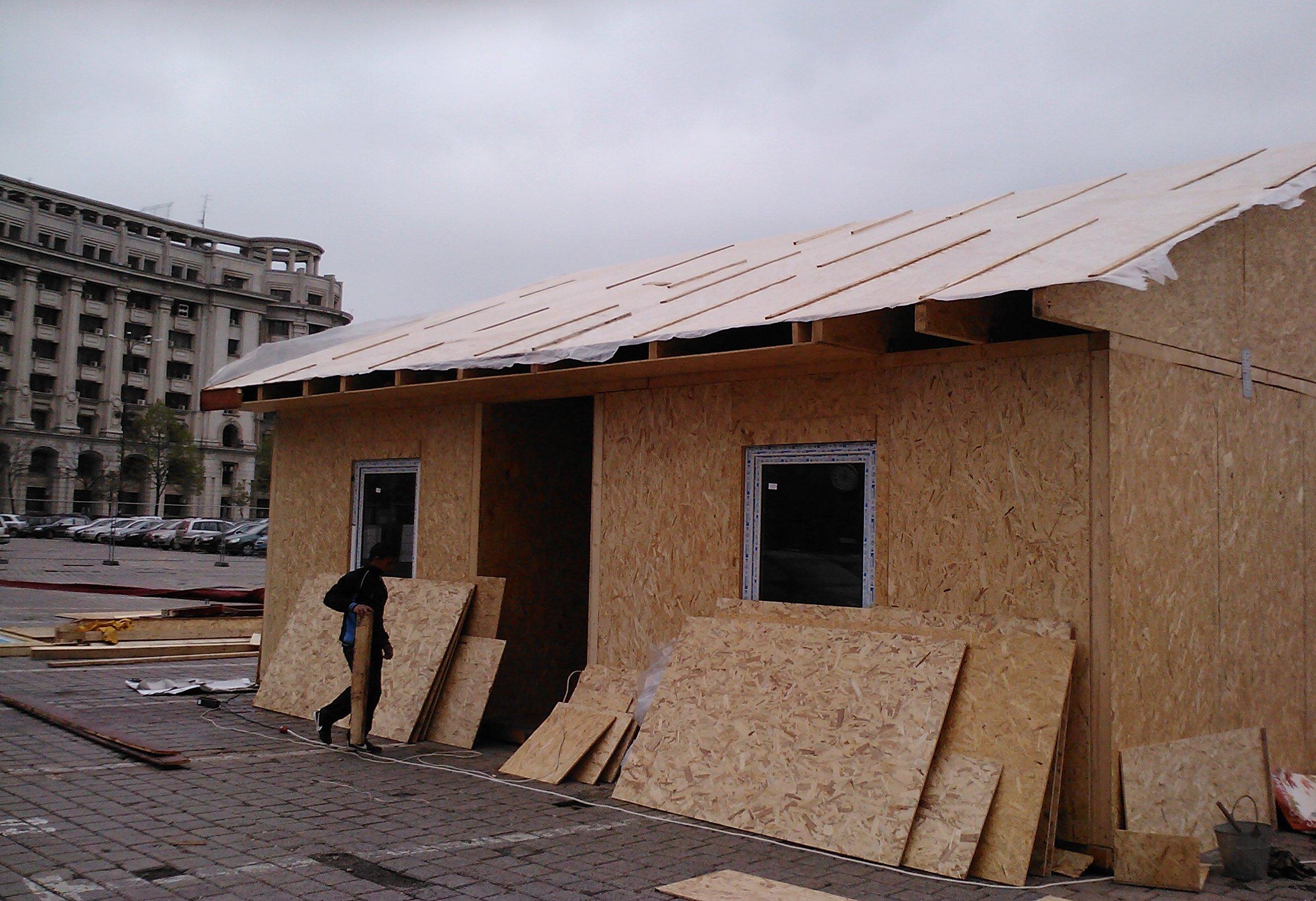 """Vezi cum arată """"casa pe care ţi-o construieşti cu prietenii"""" la 15.000 euro"""