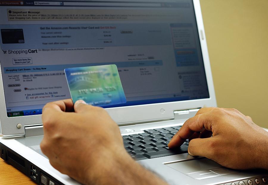Aproape jumătate din tranzacţiile online se produc în intervalul orar 20.00 – 08.00