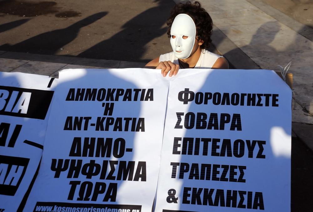"""Sărăciți de bănci: """"Grecii, forțați să se sinucidă"""""""