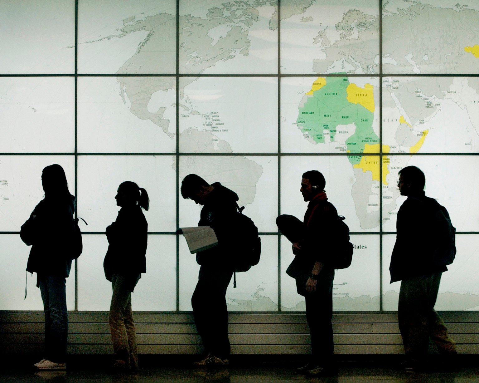 Şase din zece români ar accepta să muncească oriunde în lume